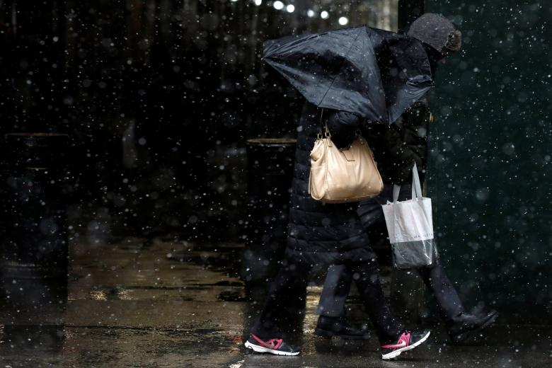 New York braces for blizzard; heat wave seen in the West