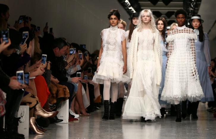 Off the catwalk, bloggers and editors vie for fashion fans' attention