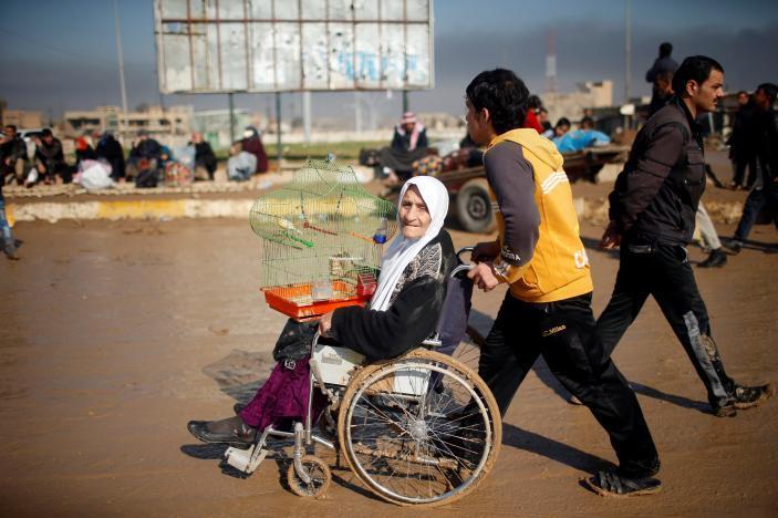 Iraqi forces to deploy new tactics in Mosul, civilians flee city