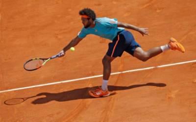 Tsonga saunters into semis in Lyon, Raonic joins him