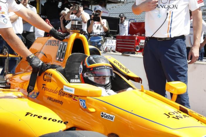 Alonso begins IndyCar crash course with practice session
