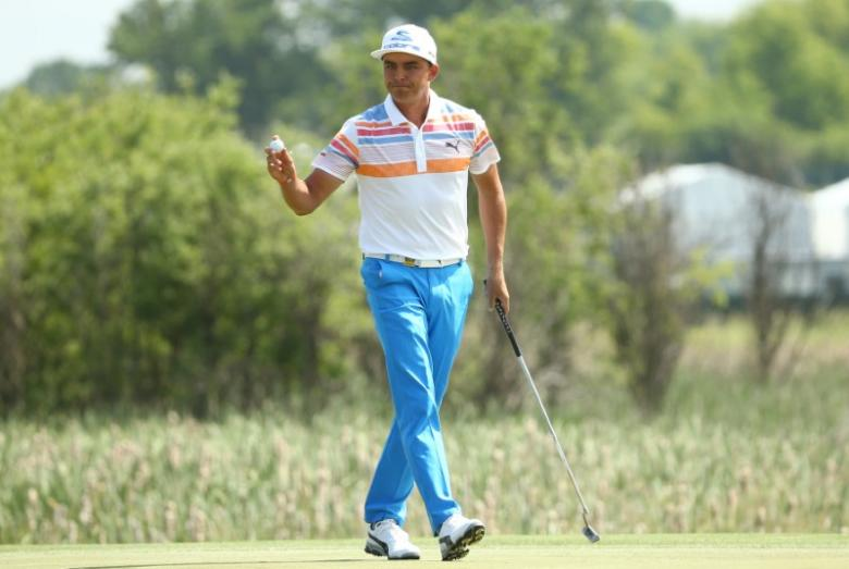Fowler tames toothless U.S. Open to grab early lead