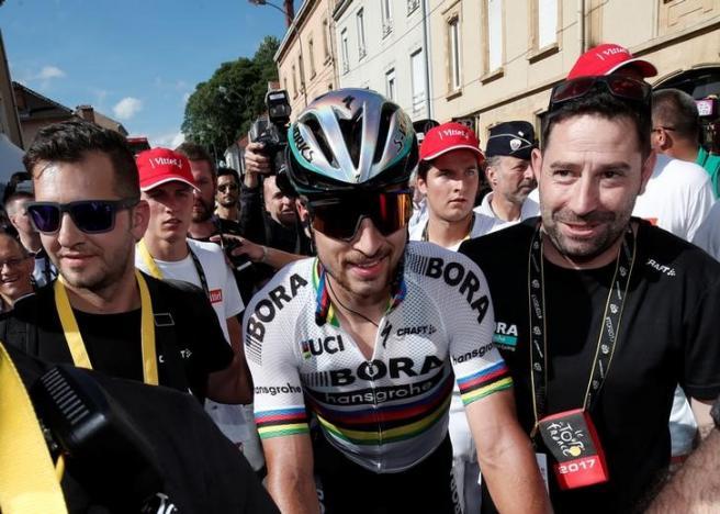 Cycling – World champion Sagan kicked out of Tour after sending Cavendish crashing
