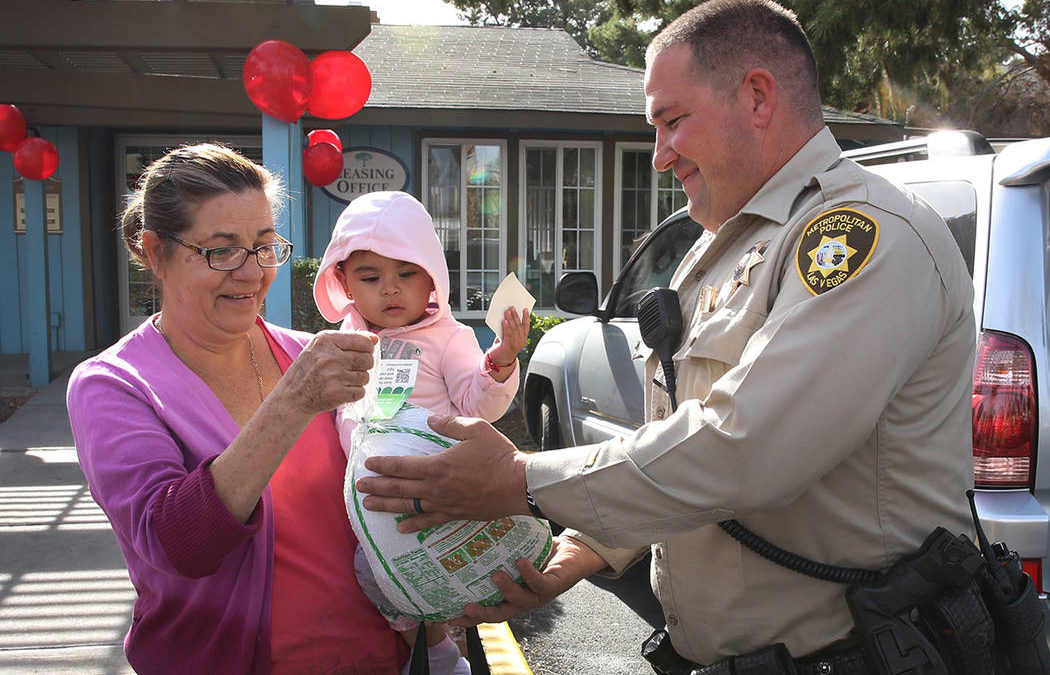 Las Vegas police deliver surprise Thanksgiving dinner kits