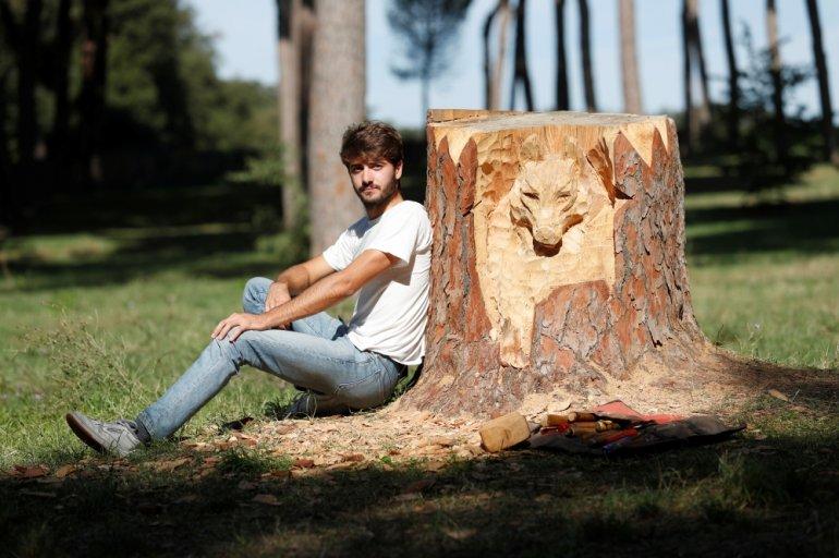 Sculptor transforms Rome's dead trees into art