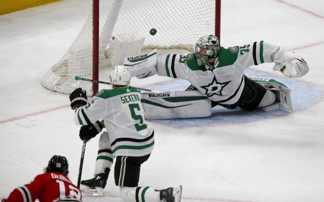 Alex DeBrincat tops 30-goal mark as Blackhawks beat Stars
