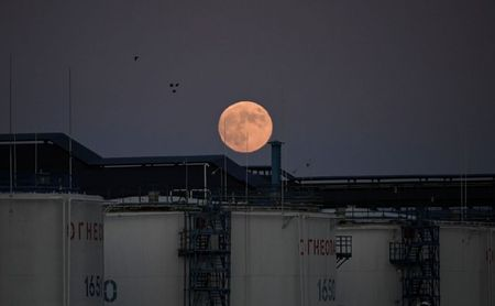 tagreuters.com2021binary_LYNXMPEH0L04H-VIEWIMAGE Oil falls on China's COVID-19 cases, high crude build Business [your]NEWS