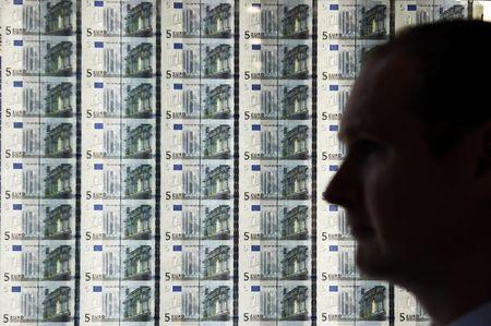 Dollar dips as Biden transition, vaccines boost risk appetite