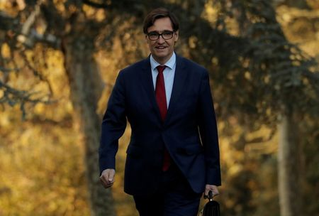 Health minister says Spaniards right to be annoyed after he attended awards ceremony